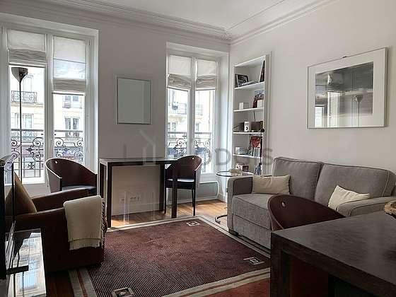Séjour très calme équipé de téléviseur, chaine hifi, 3 fauteuil(s), 2 chaise(s)