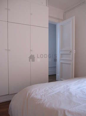 Bedroom of 10m² with wooden floor