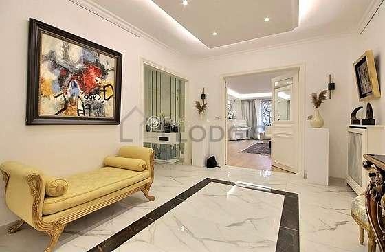 Très belle entrée avec du marbre au sol et équipée de 2 chaise(s)