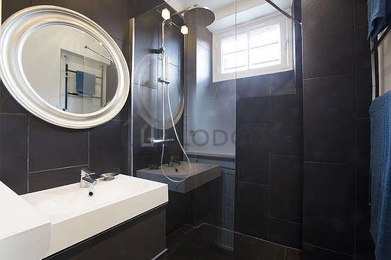 Agréable salle de bain claire avec fenêtres et du carrelage au sol