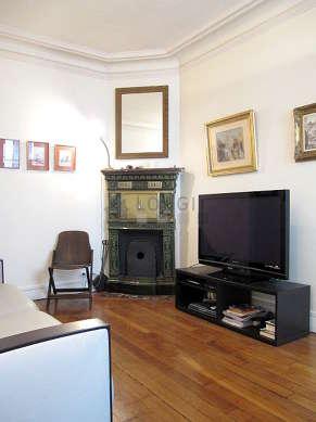 Séjour équipé de téléviseur, chaine hifi, 4 chaise(s)