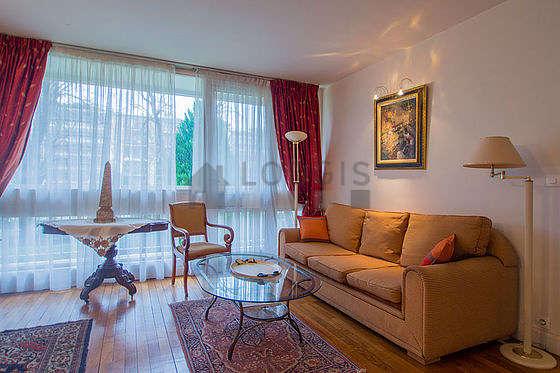 Séjour calme équipé de téléviseur, chaine hifi, 2 fauteuil(s), 4 chaise(s)