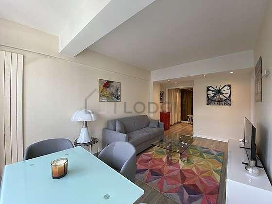 Salon très lumineux équipé de commode, placard, 4 chaise(s)