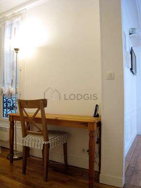 Beau bureau avec du parquet au sol, équipé de chaine hifi, bibliothèque, 1 chaise(s)