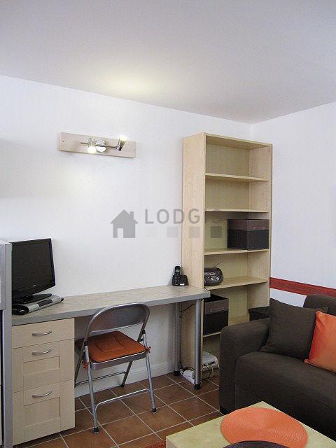 Location studio paris 3 rue beaubourg meubl 16 m le for Location studio meuble paris 16