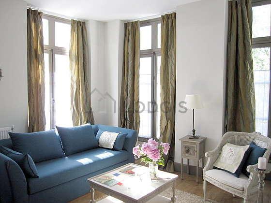 Séjour équipé de 1 canapé(s) lit(s) de 160cm, téléviseur, 1 fauteuil(s), 4 chaise(s)