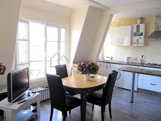 Séjour calme équipé de 1 canapé(s) lit(s) de 140cm, télé, chaine hifi, 3 chaise(s)