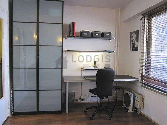 Salon lumineux équipé de 1 chaise(s)