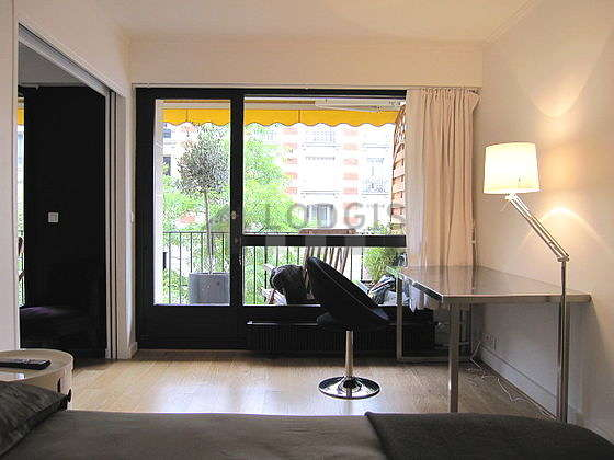 Chambre avec fenêtres et balcon donnant sur rue