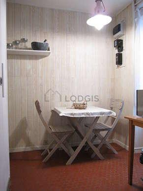 Belle cuisine de 7m² avec des tomettes au sol