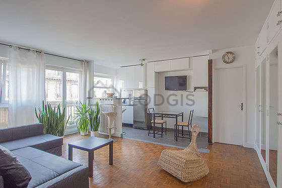 Large living room of 22m² with its wooden floor