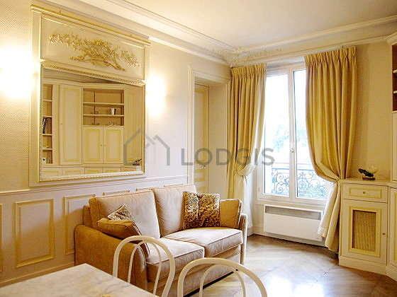 Séjour équipé de 1 canapé(s) lit(s) de 120cm, téléviseur, placard, 6 chaise(s)