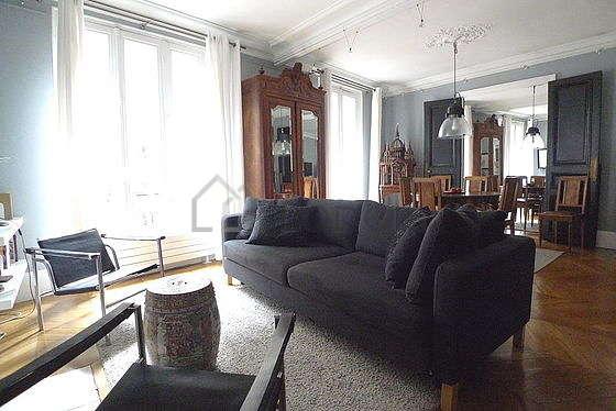 Grand salon de 26m² avec du parquet au sol