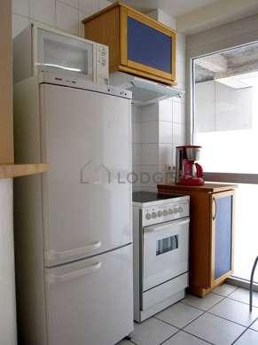 Belle cuisine de 6m²ouverte sur le séjour avec du carrelage au sol