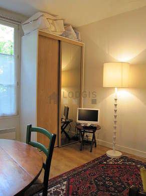 Séjour très calme équipé de 1 lit(s) gigogne de 80cm, téléviseur, armoire, 2 chaise(s)