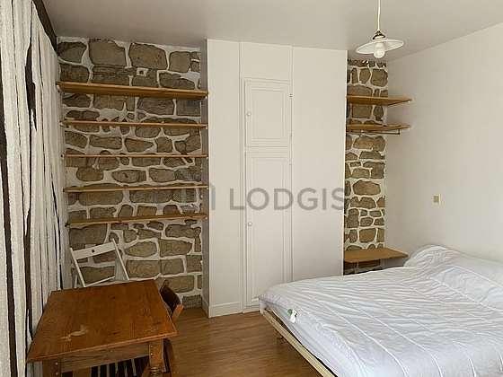 Chambre de 12m² avec du linoleum au sol