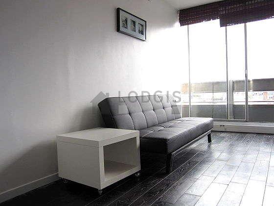 Salon avec du linoleum au sol