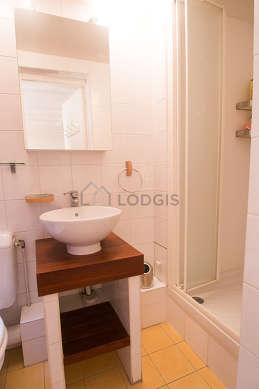 Salle de bain claire avec fenêtres double vitrage et du parquet au sol