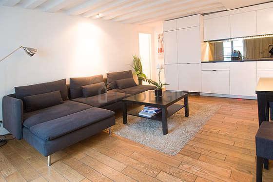 Séjour calme équipé de 1 canapé(s) lit(s) de 140cm, table à manger, table basse, 2 chaise(s)