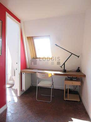 Bureau avec des tomettes au sol, équipé de bureau, 1 chaise(s)