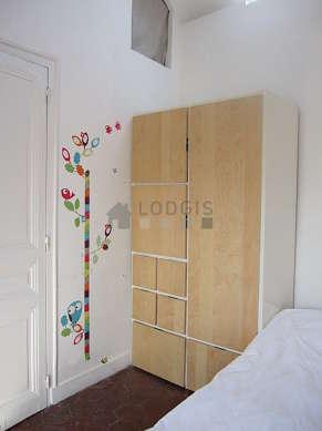 Chambre avec des tomettes au sol