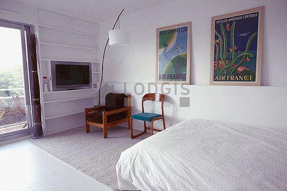 Séjour très calme équipé de 1 lit(s) de 140cm, téléviseur, 2 fauteuil(s), 2 chaise(s)