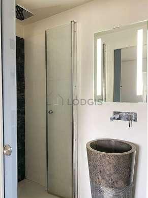 Salle de bain équipée de douche séparée, sèche cheveux, sanibroyeur
