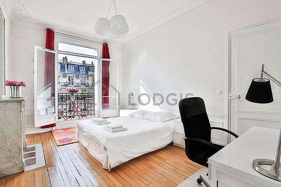 Chambre avec fenêtres double vitrage et balcon