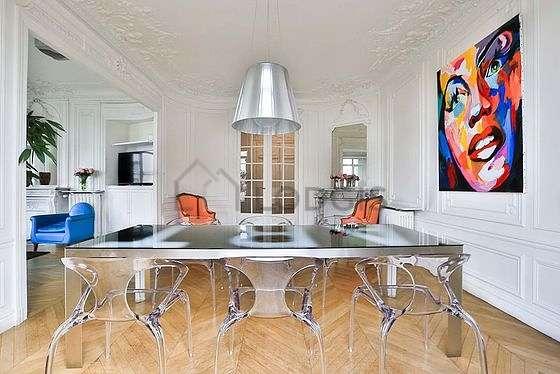 Salle à manger de 24m² équipée de table à manger, cheminée
