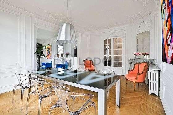 Salle à manger avec fenêtres double vitrage et balcon