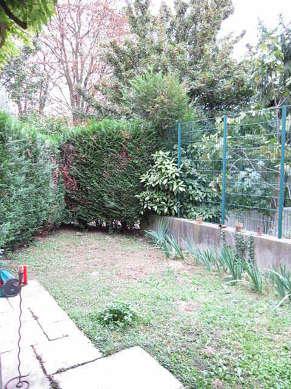 Jardin avec de la pelouse au sol