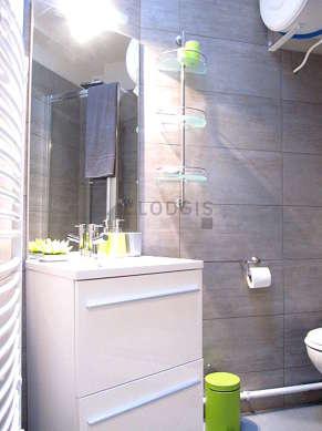 Belle salle de bain claire