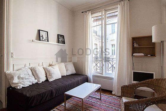 Séjour calme équipé de 1 canapé(s) lit(s) de 90cm, téléviseur, 2 fauteuil(s), 3 chaise(s)