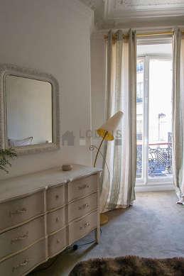 Chambre très lumineuse équipée de chaine hifi, 2 fauteuil(s), table de chevet