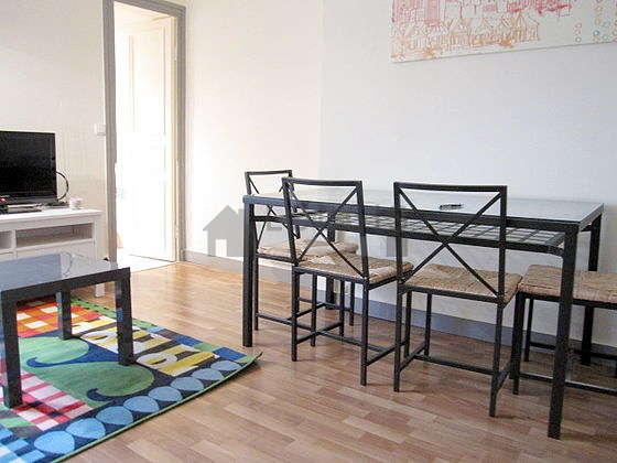 Living room of 12m² with wooden floor