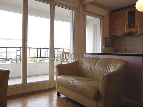 Séjour avec fenêtres double vitrage et balcon donnant sur rue