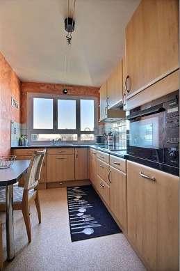 Belle cuisine de 7m² avec du linoleum au sol