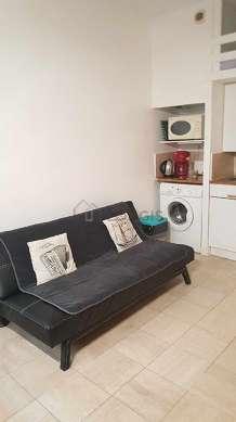 Séjour équipé de 1 canapé(s) lit(s) de 140cm, téléviseur, armoire, commode