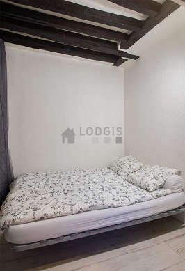Chambre avec du linoleum au sol