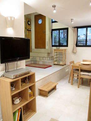 Séjour très calme équipé de téléviseur, chaine hifi, placard, 4 chaise(s)
