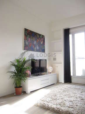 Living room furnished with 1 infant bed(s) of 0cm, 1 sofabed(s) of 160cm, tv, wardrobe