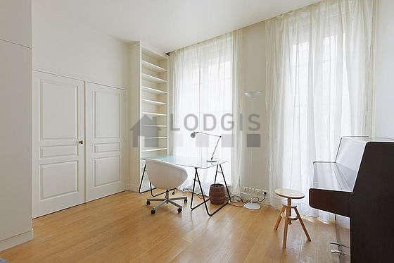 Bedroom of 18m² with wooden floor