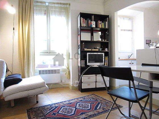 Séjour calme équipé de 1 canapé(s) lit(s) de 80cm, téléviseur, lecteur de dvd, 4 chaise(s)
