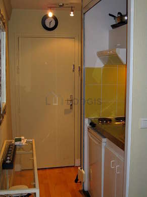 Cuisine équipée de plaques de cuisson, réfrigerateur, freezer, hotte