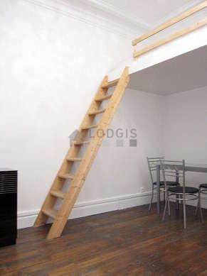 Séjour calme équipé de 1 canapé(s) lit(s) de 120cm, 1 lit(s) mezzanine de 140cm, table à manger, penderie