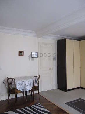 Séjour calme équipé de 1 lit(s) armoire de 140cm, téléviseur, chaine hifi, 1 fauteuil(s)