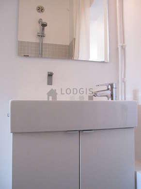 Belle salle de bain avec fenêtres et du béton au sol