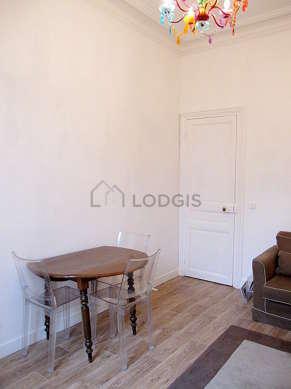 Séjour équipé de 1 canapé(s) lit(s) de 120cm, télé, 2 fauteuil(s), 5 chaise(s)
