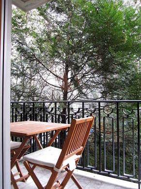 Terrasse très calme avec du carrelage au sol