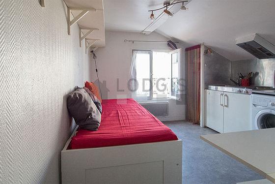 Salon de 7m² avec du linoleum au sol